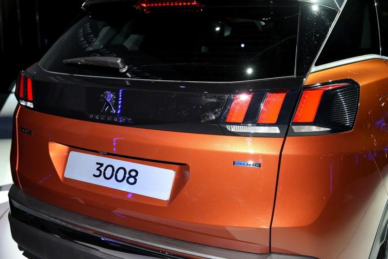 尾燈之間黑色飾板就像半截式面具,車尾識別度比車頭更高