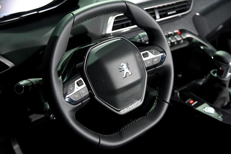 新式小盤徑雙幅方向盤擁有極佳握感,是i-Cockpit座艙概念的具體呈現