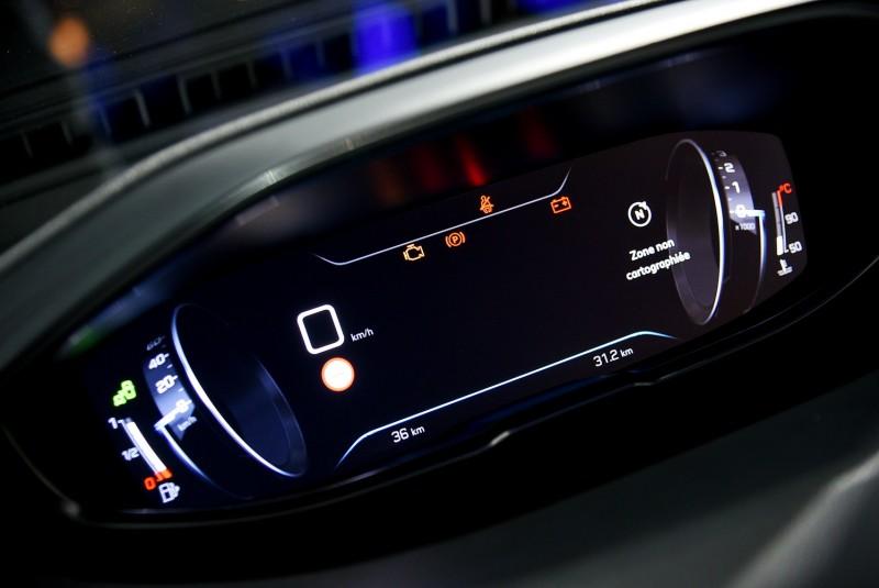 時速轉速錶也可切換為飛行器的滾輪形式,儀錶中央也能同步顯示3D立體導航地圖