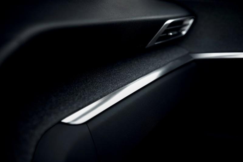 控台以軟塑膠搭配粗紋布與金屬飾板闡述除了FOCAL®裝配的Hi-Fi音響系統(聽覺)、內建香氛(嗅覺)、儀錶氣氛燈(視覺)外,觸感也是i-Cockpit概念的一部份