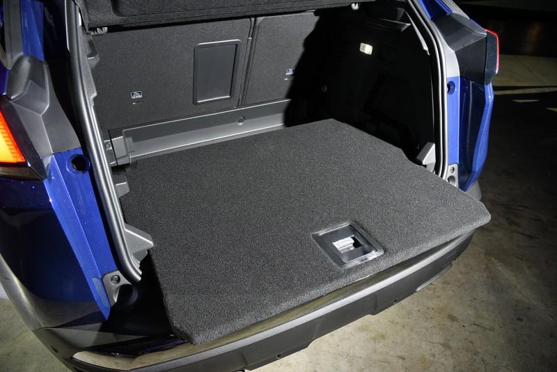 行李廂底板可水平拉出,便於上下承載物品