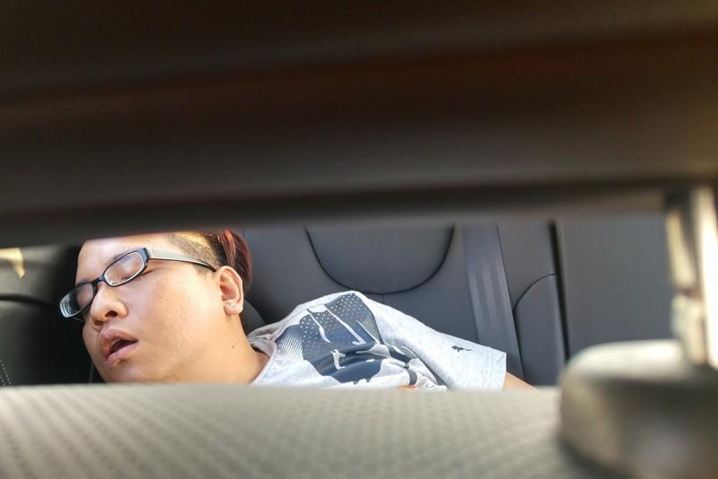 轉頭看看後座辛苦媒體同業的睡姿,就知道S3不只好坐還相當靜謐平穩。
