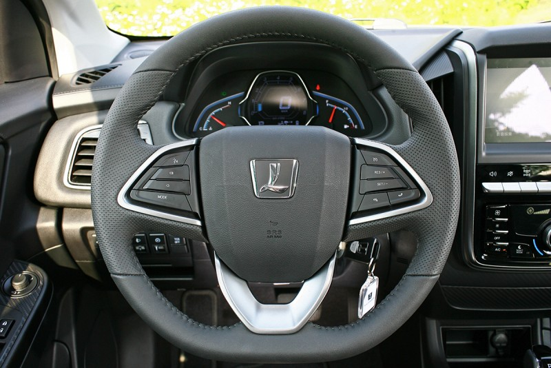 由方向盤所傳出俐落明快的轉向反應,很明白告訴你這輛車的極限絕不僅於此而已!