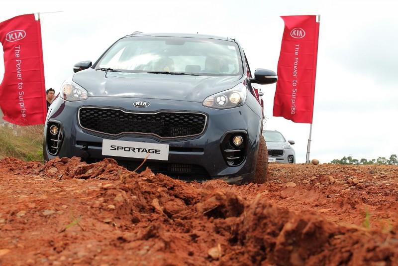 很少有品牌願意拿未上市的全新車款直接下場玩泥巴,KIA Sportage好樣的!