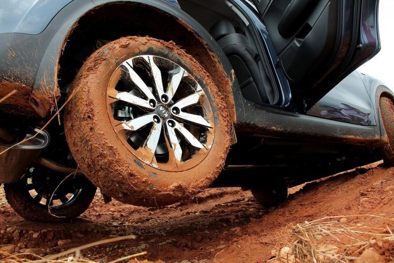 對角兩輪懸空時車門還能正常打開,證明Sportage高水準結構與剛性
