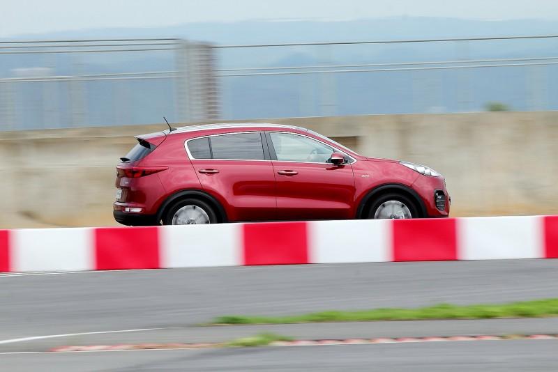 襯著紅白護欄,加速中的Sportage有種即將起飛的感覺