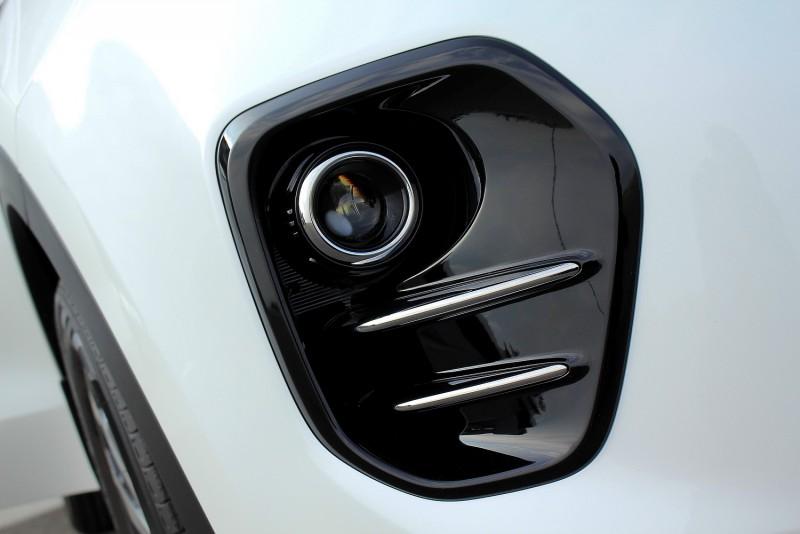 深紅是KIA CI標準色,但Sportage車上的鋼琴烤漆飾板可是要白車才能顯出他的黑