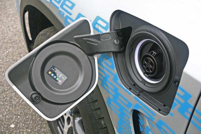 除了加油孔外,X5 xDrive40e還有一個充電孔在左前葉子鈑上。