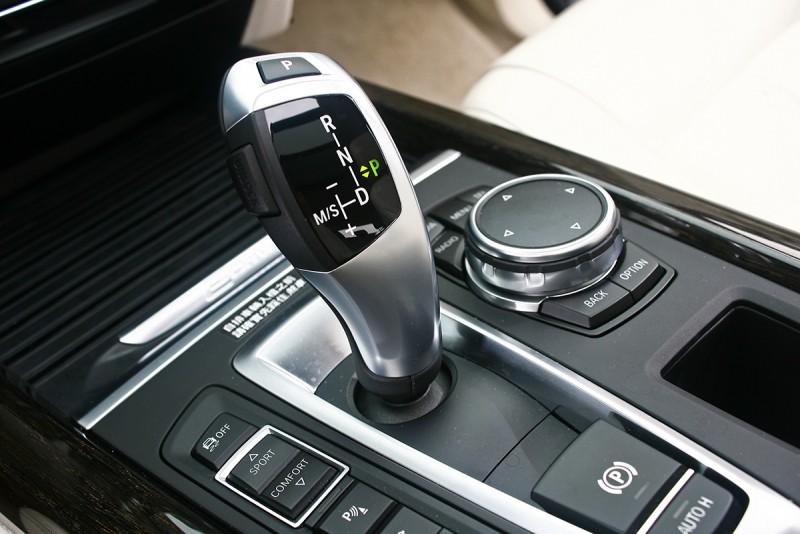 與一般油電車不同,X5 xDrive40e依舊採取八速手自排變速系統。