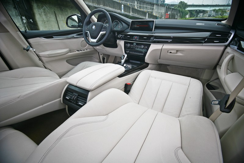 X5 xDrive40e依舊擁有同樣奢華漂亮的座艙。