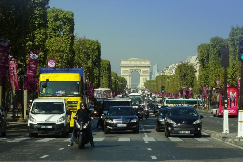自七月一日起,巴黎市區將禁止1997年以前的汽車與1999年以前的機車進入市區。