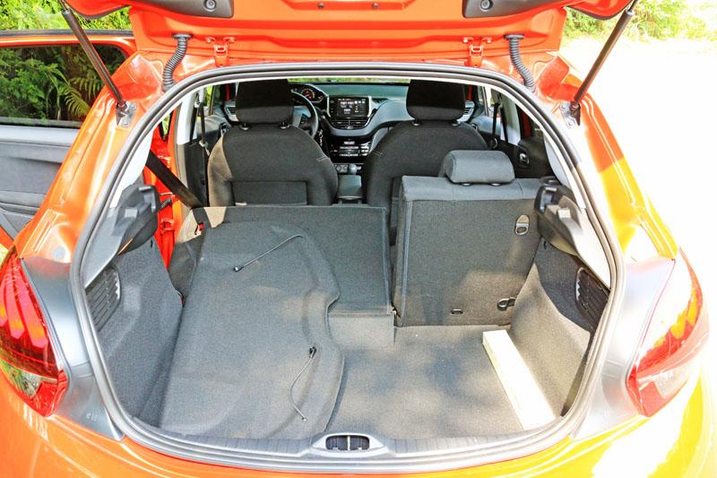208車內空間中規中矩,足敷多數人日常使用。
