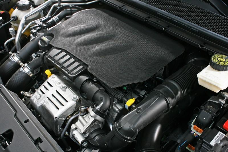 這具直列三缸渦輪增壓引擎在308之上輸出被放大到130bhp/5500rpm以及23.45kgm/1750rpm,比起208或2008又再成長一個檔次。