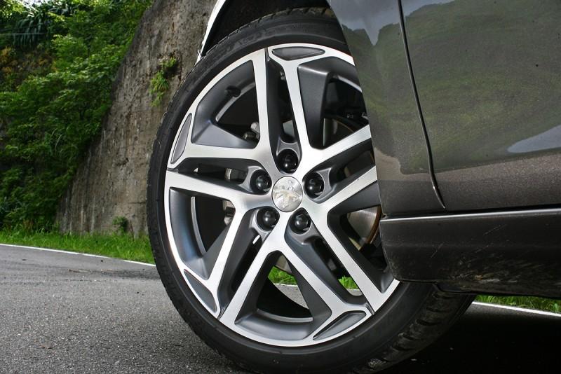 因為頂規的身份,308 1.2L PureTech ALLURE+配胎也升級為225/40 R18武裝尺碼,鋁圈造型相當漂亮。