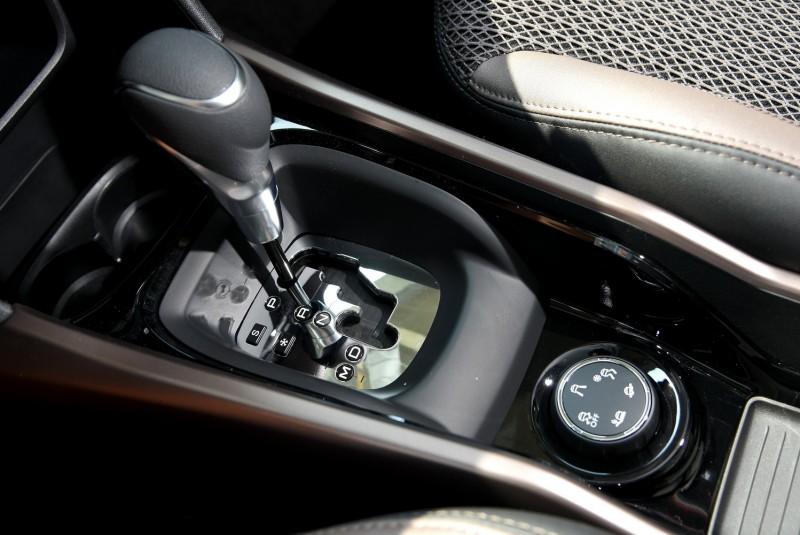 排檔座後方有PEUGEOT獨步車壇的Grip Control系統,在前驅條件下能對應各種路況選擇動力輸出模式