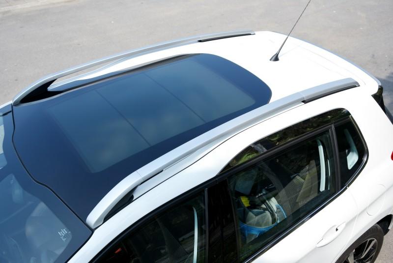 階梯式車頂是2008特殊設計,大面積玻璃車頂與前檔連接幾乎鑲滿整個車頂