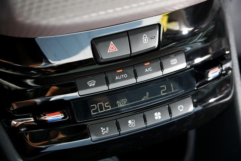 雙區恆溫空調自動功能區分成AUTO FAST快速降溫與AUTO SOFT柔和出風以及AUTO全自動三大模式