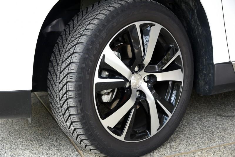 17吋雙色鋁圈搭配可對應晴天雪地的多用途特殊輪台也算是神奇Grip Control系統的配備之一