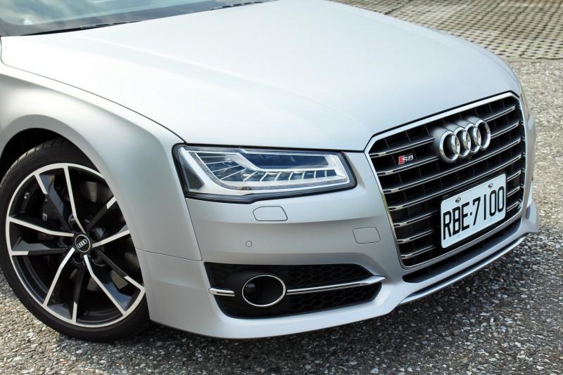 這輛S8 Plus選用了消光銀車漆,請注意葉子板與頭燈還有保桿的連接方式,還有輪弧上陽光因為鈑件曲面照出的漸層,這種類似切削出來的造型相當迷人