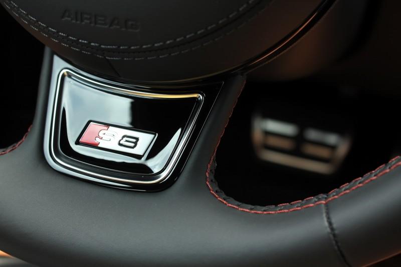 方向盤S8銘牌是給駕駛看的