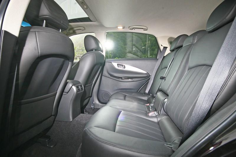 座椅相當厚實舒適,而延伸的軸距則讓腳部空間有效擴充。