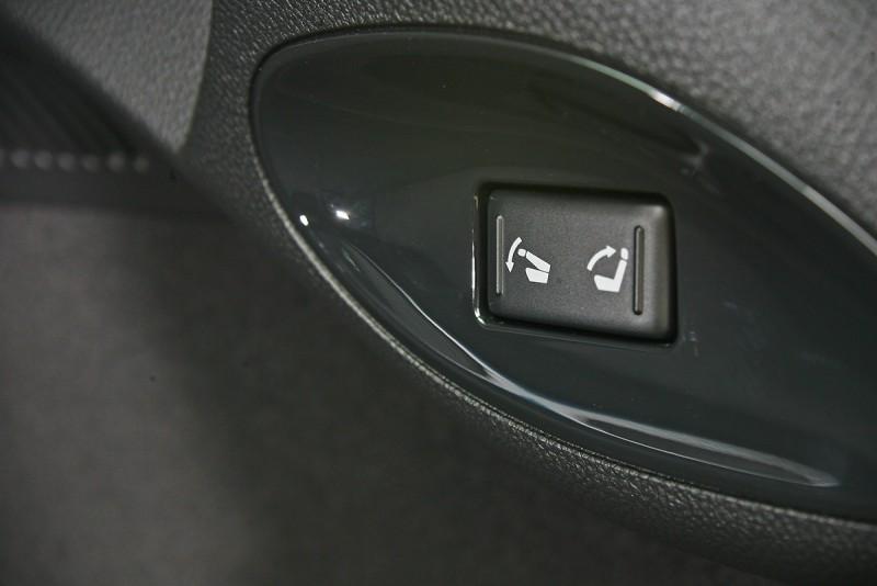 後行李廂內有一鍵傾倒/回復後座椅背相當方便的功能。