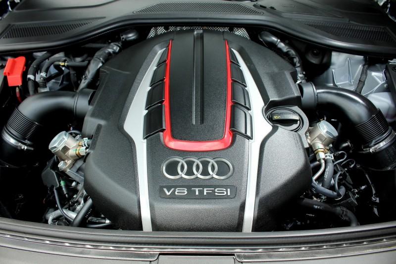 4.0升V8雙渦輪引擎上蓋以紅色線條凸顯性能化輸出取向