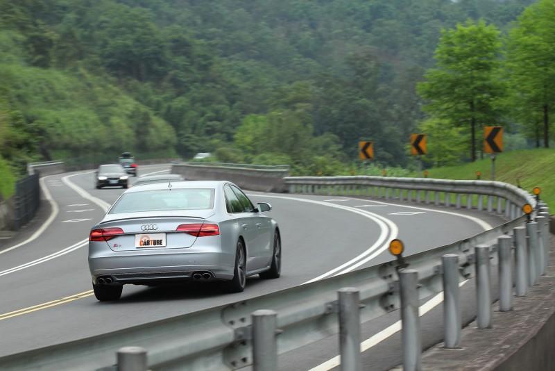 quattro四傳系統能主動分配前後軸動力,強化動態循跡能力與車身穩定度