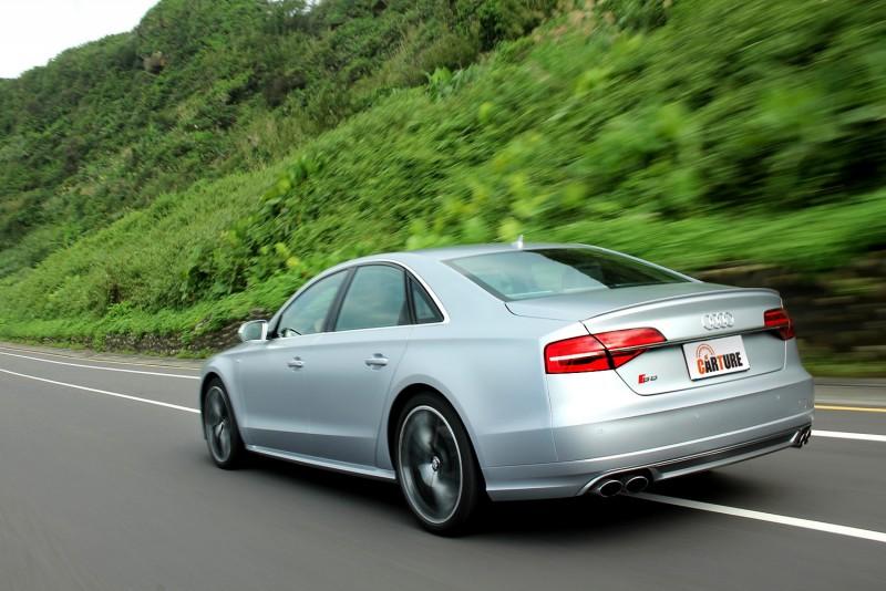 透過Audi Drive Select可程式動態車身系統可變化車高與懸吊軟硬,可對應不同駕駛需求