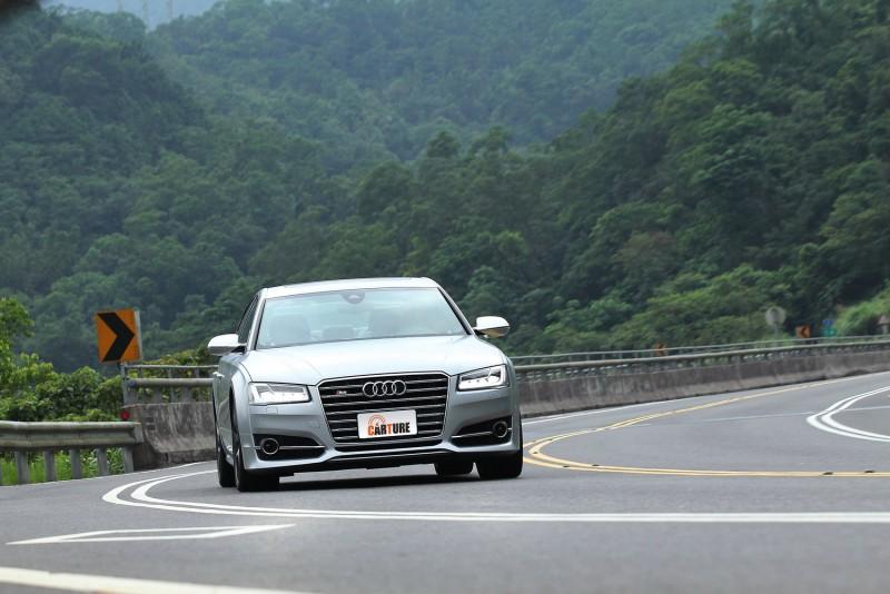 可變齒比轉向系統讓S8 Plus無論行駛在高速路段或中低速山路上,都能有極佳的轉向敏捷度