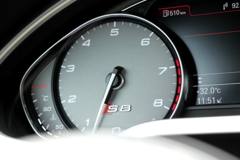 專屬儀錶中有S8徽飾,轉數紅線比一般車型更高從6800rpm開始