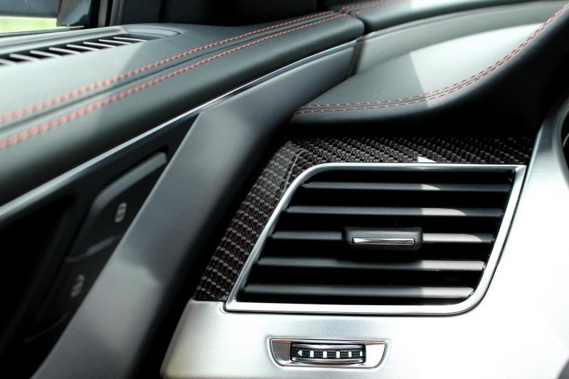 少見的紅色碳纖維飾板與真皮紅色縫線為S8 Plus車室增添不少運動風味