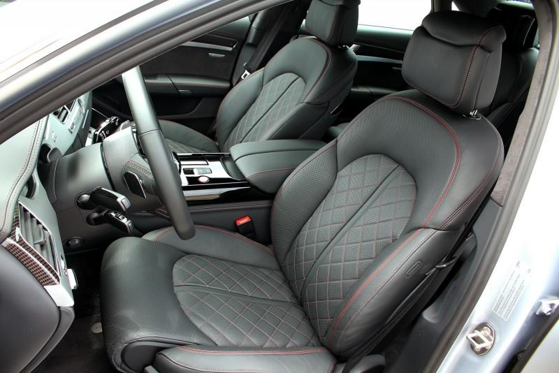 跑車化真皮座椅兼顧舒適與包覆性,還有按摩功能