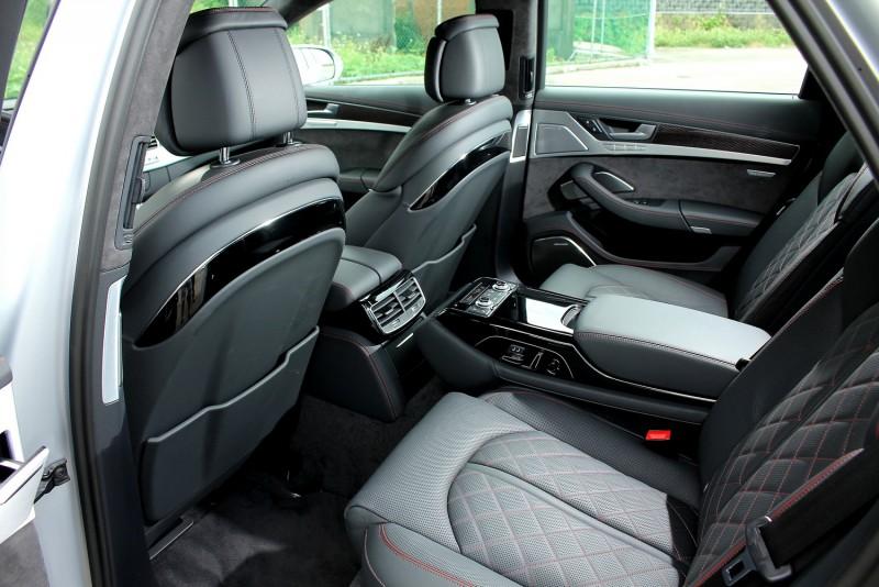 雖然不是加長車型,後座空間對一般乘客已是綽綽有餘