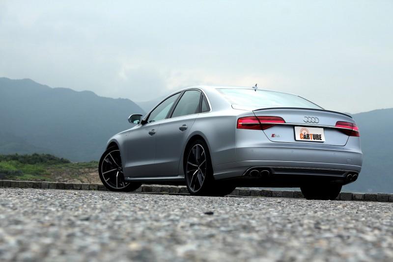 外觀與S家族其他車型來比相對低調,由鋁圈尺寸、四出尾管、消光車漆可嗅出不凡車格