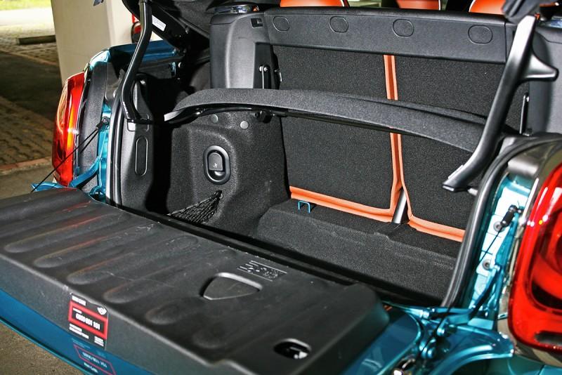 行李廂空間當然不算太大,不過160-215升的容積倒也還算實用,若較大物件放不進去時還可手動將頂篷舉升擴大開口。