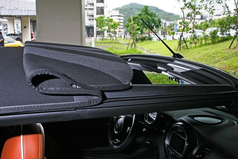 只要一根食指便能決定是開關篷,還是選擇Mini Cabrio所獨有的天窗開啟模式。