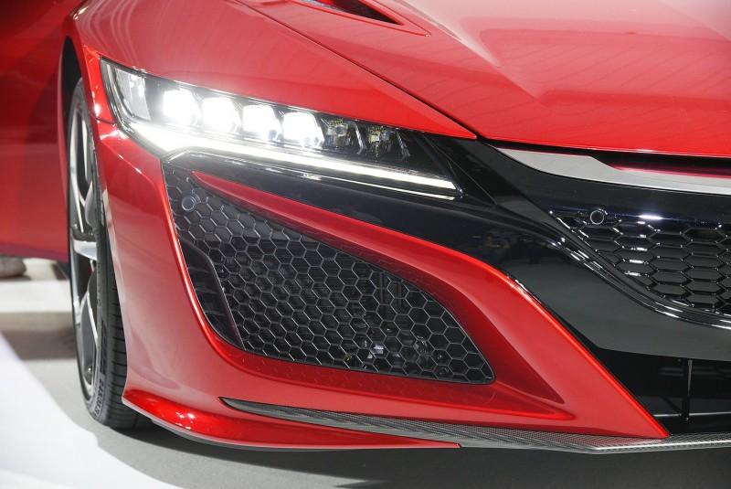 因為LED頭燈技術成熟,車輛大燈造型得以有更多變化,NSX水箱罩延伸至兩側大燈的倒梯型正是目前HONDA車型的家族風貌設計