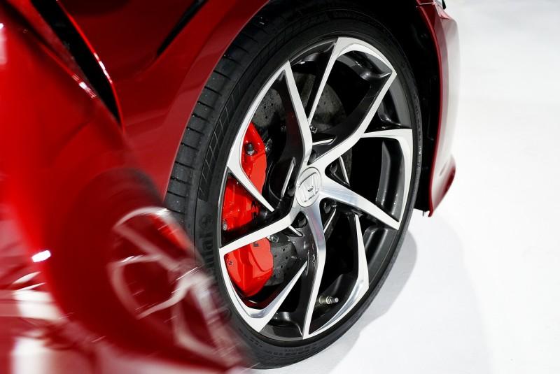245/35 R19前輪採用6活塞Brembo鋁合金卡鉗,葉片輪廓式細幅雙色鋁圈動感十足,典雅好看