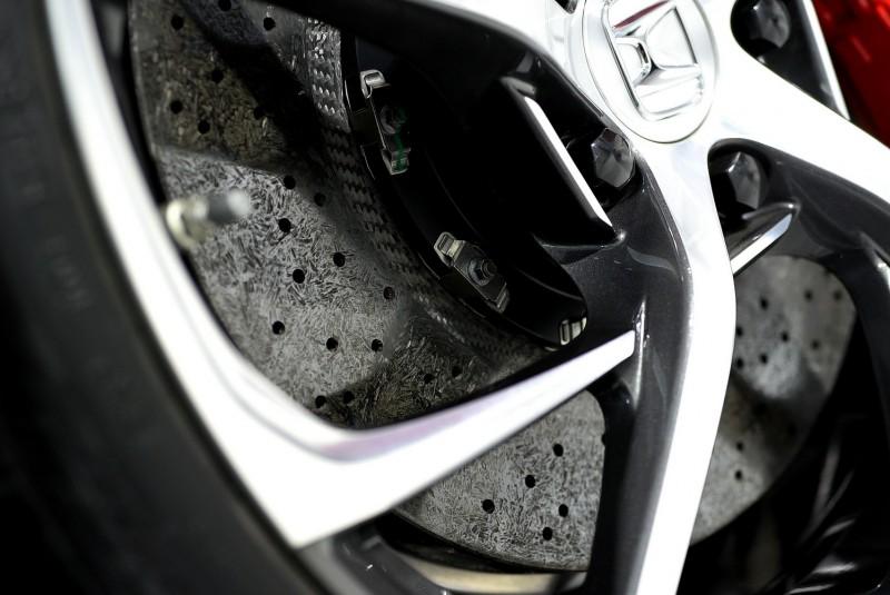全車都採用碳纖維陶瓷剎車碟盤(那不規則紋路真美)