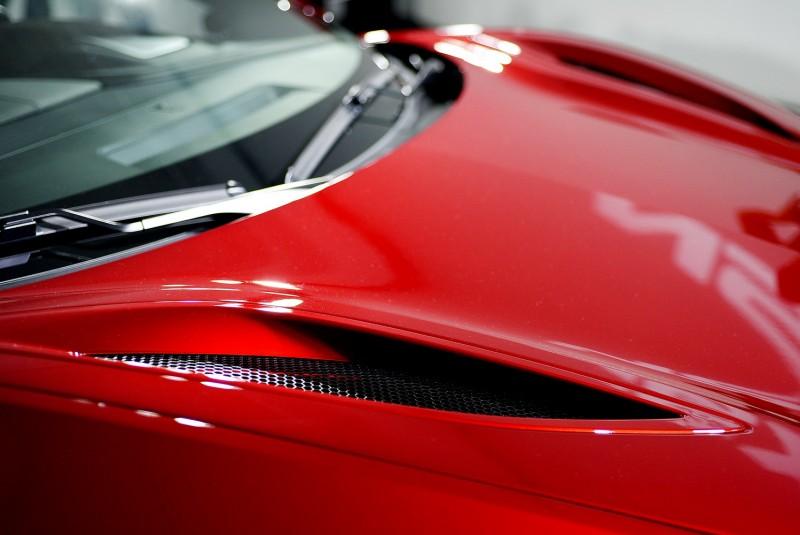 車頭引擎蓋(應該說散熱水箱蓋)上還有狹長散熱出風口