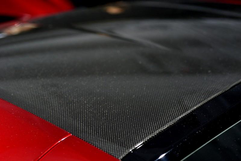 車頂採用未塗裝上漆的裸露碳纖維