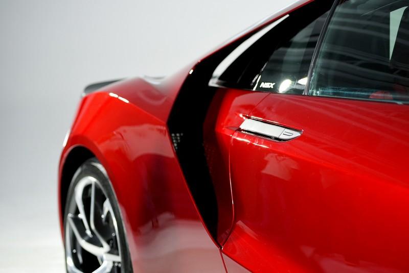 車門把守採用平整式銀色塗裝設計,引擎室進氣口與C柱間留有東西方超跑共同的鏤空設計