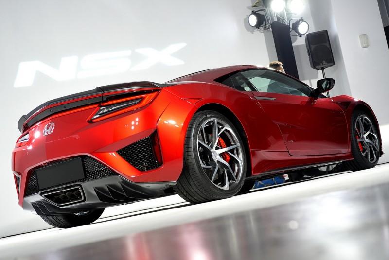與車頭偏保守造型相比,我認為車尾更科幻好看