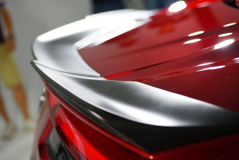 霧面質感的碳纖維尾翼鑲嵌在車尾有畫龍點睛的效果?(可以上昇變形應該更好!)