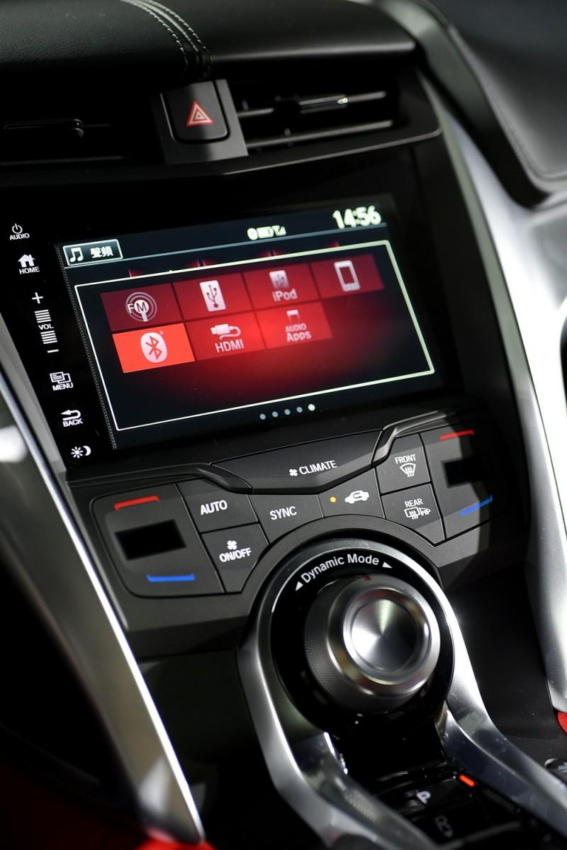 雙區恆溫空調以按鍵控制,上方是大家都很熟悉的觸控螢幕,下方大旋鈕則是能選擇四種不同動力懸吊組合的駕駛模式