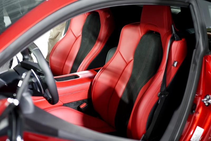 紅黑箱間跑車座椅其包覆性應該是直逼桶型座椅了