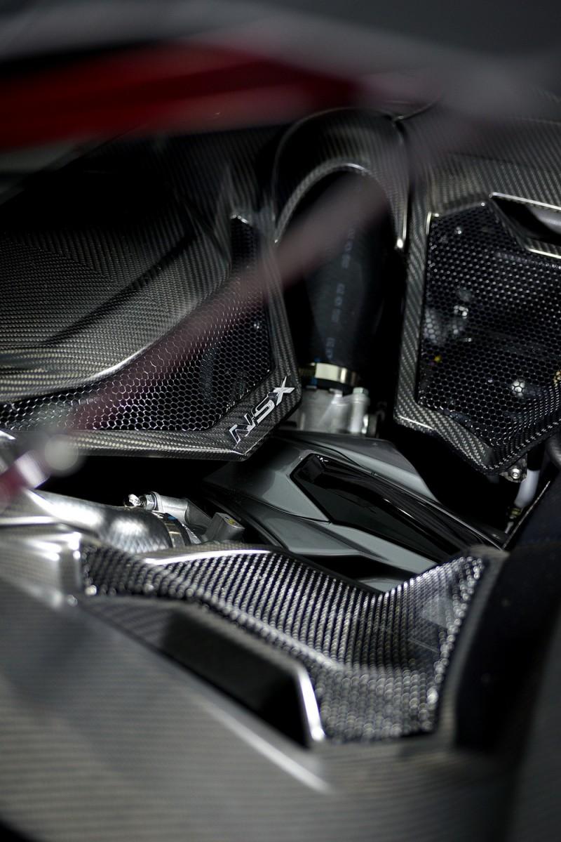 中置引擎埋在引擎室中,只能拍到一些飾板