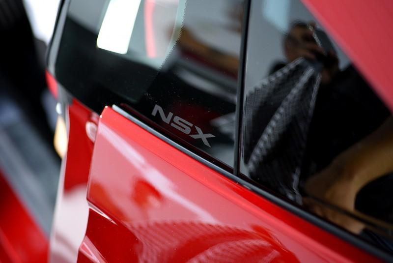 固定的後三角窗上還有獨特的NSX噴砂字樣