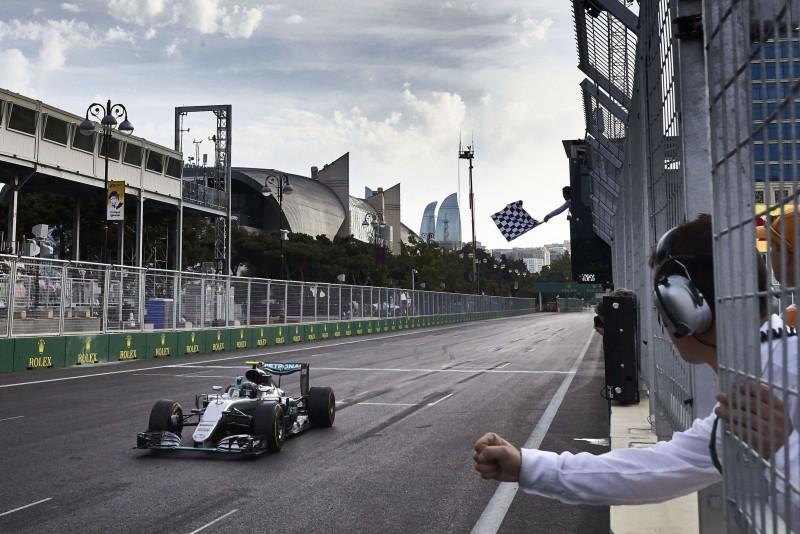 Nico Rosberg過於強勢的起跑,讓他在賽事開始後就消失於鏡頭內,再次現身時即是通過終點線的勝利英姿!